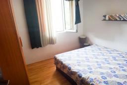 Спальня. Бечичи, Черногория, Бечичи : Апартамент с отдельной спальней в 400 метрах от моря