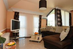 Гостиная. Бечичи, Черногория, Бечичи : Двухуровневые апартаменты с балконом