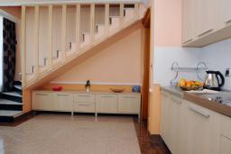 Кухня. Бечичи, Черногория, Бечичи : Двухуровневые апартаменты с балконом