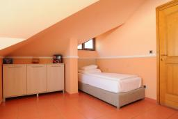 Спальня. Бечичи, Черногория, Бечичи : Двухуровневые апартаменты с балконом