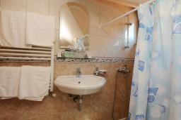 Ванная комната. Бечичи, Черногория, Бечичи : Двухуровневые апартаменты с балконом