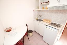 Кухня. Будванская ривьера, Черногория, Бечичи : Студия в Бечичи, до моря 350 метров