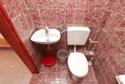 Ванная комната. Будванская ривьера, Черногория, Бечичи : Студия в Бечичи, до моря 350 метров