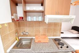 Кухня. Будванская ривьера, Черногория, Бечичи : Студия для 3 человек