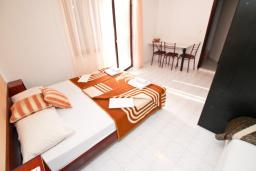 Студия (гостиная+кухня). Будванская ривьера, Черногория, Бечичи : Студия с балконом в 350 метрах от моря