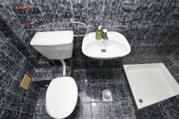 Ванная комната. Будванская ривьера, Черногория, Бечичи : Студия с балконом в 350 метрах от моря