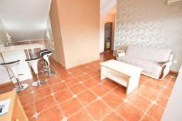 Гостиная. Бечичи, Черногория, Бечичи : Апартамент для 6-8 человек, с 3 отдельными спальнями, c 2 ванными комнатами, с большой террасой