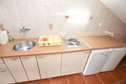 Кухня. Бечичи, Черногория, Бечичи : Апартамент для 6-8 человек, с 3 отдельными спальнями, c 2 ванными комнатами, с большой террасой