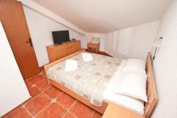 Спальня. Бечичи, Черногория, Бечичи : Апартамент для 6-8 человек, с 3 отдельными спальнями, c 2 ванными комнатами, с большой террасой