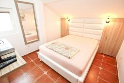Спальня 2. Бечичи, Черногория, Бечичи : Апартамент для 6-8 человек, с 3 отдельными спальнями, c 2 ванными комнатами, с большой террасой