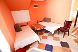 Гостиная. Бечичи, Черногория, Бечичи : Апартамент с отдельной спальней на первом этаже