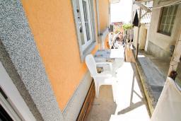 Терраса. Бечичи, Черногория, Бечичи : Апартамент с отдельной спальней на первом этаже