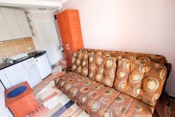 Студия (гостиная+кухня). Бечичи, Черногория, Бечичи : Уютная студия в Бечичи с балконом