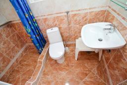 Ванная комната. Бечичи, Черногория, Бечичи : Уютная студия в Бечичи с балконом