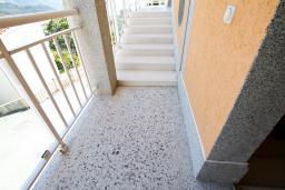 Вход. Бечичи, Черногория, Бечичи : Уютная студия в Бечичи с балконом
