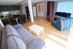 Гостиная. Бечичи, Черногория, Бечичи : Апартамент для 5-8 человек, с 2 отдельными спальнями, с большой кухней, с террасой с видом на море