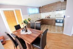 Кухня. Бечичи, Черногория, Бечичи : Апартамент для 5-8 человек, с 2 отдельными спальнями, с большой кухней, с террасой с видом на море