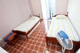 Спальня. Бечичи, Черногория, Бечичи : Апартамент для 5-8 человек, с 2 отдельными спальнями, с большой кухней, с террасой с видом на море
