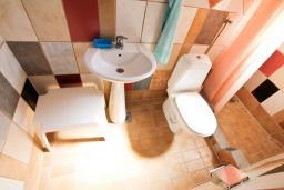 Ванная комната. Бечичи, Черногория, Бечичи : Апартамент для 5-8 человек, с 2 отдельными спальнями, с большой кухней, с террасой с видом на море