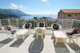 Терраса. Бечичи, Черногория, Бечичи : Апартамент для 5-8 человек, с 2 отдельными спальнями, с большой кухней, с террасой с видом на море