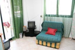 Гостиная. Бечичи, Черногория, Бечичи : Апартамент с отдельной спальней в 150 метрах от моря