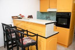 Кухня. Бечичи, Черногория, Бечичи : Апартамент с отдельной спальней в 150 метрах от моря