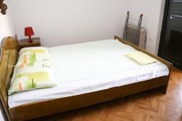 Спальня. Бечичи, Черногория, Бечичи : Апартамент с отдельной спальней в 150 метрах от моря