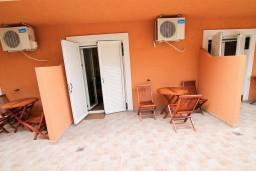 Терраса. Бечичи, Черногория, Бечичи : Уютная студия в 150 метрах от моря