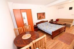Гостиная. Бечичи, Черногория, Бечичи : Уютный апартамент с отдельной спальней в 150 метрах от моря