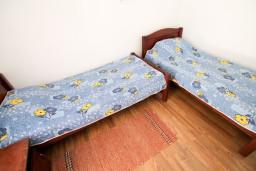 Спальня. Бечичи, Черногория, Бечичи : Уютный апартамент с отдельной спальней в 150 метрах от моря