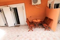 Терраса. Бечичи, Черногория, Бечичи : Уютный апартамент с отдельной спальней в 150 метрах от моря