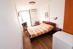 Студия (гостиная+кухня). Будванская ривьера, Черногория, Бечичи : Уютная студия для 2 человек, с балконом с видом на море