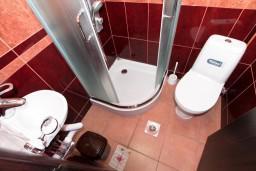 Ванная комната. Будванская ривьера, Черногория, Бечичи : Уютная студия для 2 человек, с балконом с видом на море