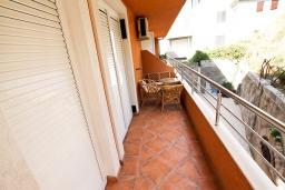 Балкон. Бечичи, Черногория, Бечичи : Уютный апартамент с отдельной спальней в 150 метрах от моря