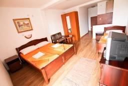 Студия (гостиная+кухня). Будванская ривьера, Черногория, Бечичи : Уютная студия в Бечичи с балконом с видом на море