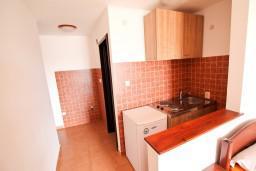 Кухня. Будванская ривьера, Черногория, Бечичи : Уютная студия в Бечичи с балконом с видом на море