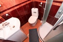 Ванная комната. Будванская ривьера, Черногория, Бечичи : Уютная студия в Бечичи с балконом с видом на море