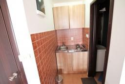 Кухня. Бечичи, Черногория, Бечичи : Уютная студия с балконом с видом на море