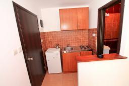 Кухня. Бечичи, Черногория, Бечичи : Уютный апартамент с отдельной спальней в 150 метрах от моря