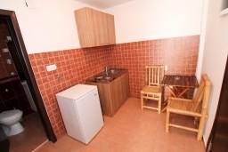 Кухня. Будванская ривьера, Черногория, Бечичи : Уютная студия с балконом с видом на море