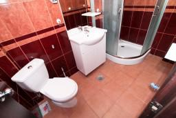 Ванная комната. Будванская ривьера, Черногория, Бечичи : Уютная студия с балконом с видом на море