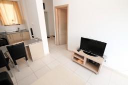 Гостиная. Бечичи, Черногория, Бечичи : Современный апартамент для 2-4 человек, с отдельной спальней, с балконом с видом на море