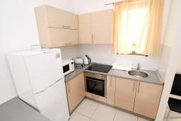 Кухня. Бечичи, Черногория, Бечичи : Современный апартамент для 2-4 человек, с отдельной спальней, с балконом с видом на море