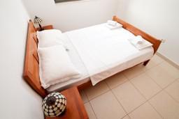 Спальня. Бечичи, Черногория, Бечичи : Современный апартамент для 2-4 человек, с отдельной спальней, с балконом с видом на море