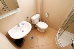 Ванная комната. Бечичи, Черногория, Бечичи : Современный апартамент для 2-4 человек, с отдельной спальней, с балконом с видом на море