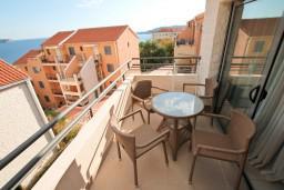 Балкон. Бечичи, Черногория, Бечичи : Современный апартамент для 2-4 человек, с отдельной спальней, с балконом с видом на море