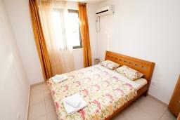 Спальня. Бечичи, Черногория, Бечичи : Современный апартамент с отдельной спальней, с балконом