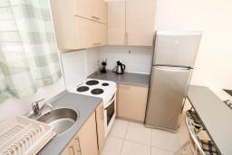 Кухня. Бечичи, Черногория, Бечичи : Современный апартамент с отдельной спальней, с балконом