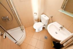 Ванная комната. Бечичи, Черногория, Бечичи : Современный апартамент с отдельной спальней, с балконом