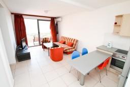 Гостиная. Бечичи, Черногория, Бечичи : Современный апартамент для 3-5 человек, 2 отдельные спальни, с балконом с видом на море